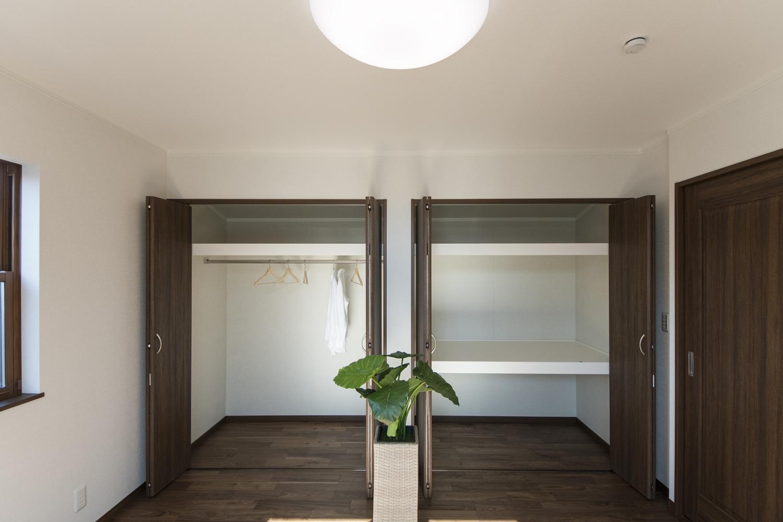 クロゼットを2箇所設えた収納豊富な2階洋室。