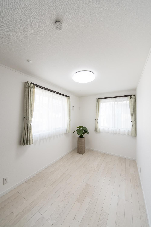 2階洋室/美しく繊細な木目アッシュホワイトのフローリングが窓から差し込む光を反射し、空間を優しく包み込みます。