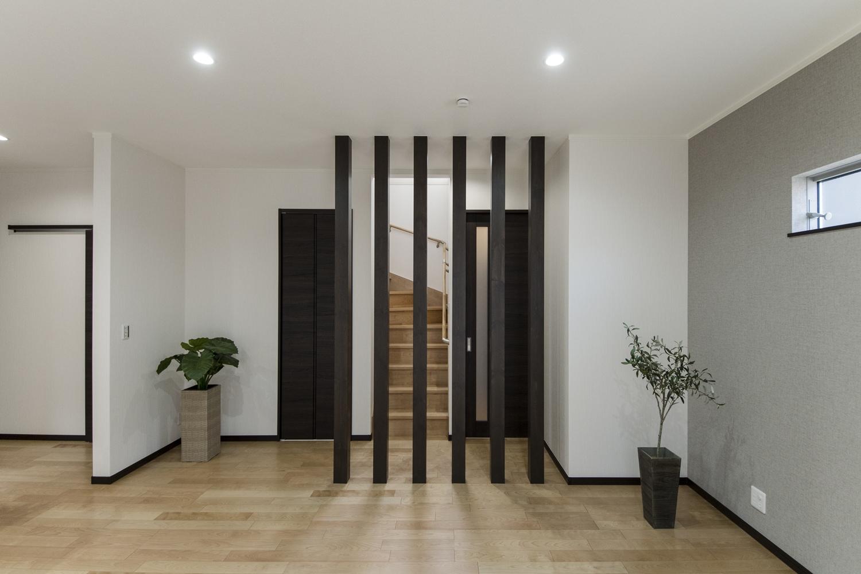 空間をゆるやかに仕切る化粧柱はマットな質感&上品な木目がとてもオシャレ♪シャープでモダンな雰囲気を演出します。