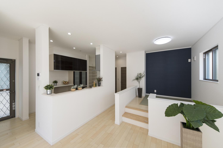 小上がりになった畳スペースを設えた、「和×モダン」な居心地の良いリビング。ハイスタッド仕様(CH:2680mm)で天井が高く広々とした空間です。