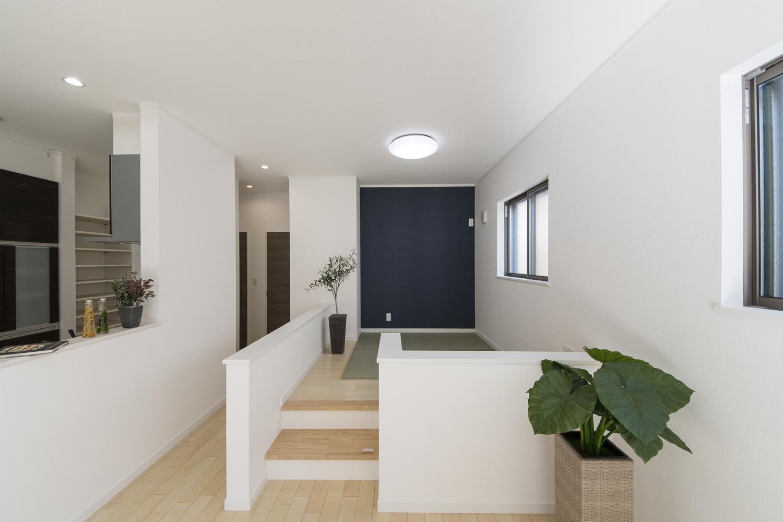 畳のさわやかなグリーンが空間を彩る小上がりになった畳スペースを設えました。ネイビーのアクセントクロスがモダンな雰囲気を演出。