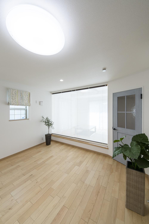 小上がりになった畳スペース(写真は畳設置前)/ロールスクリーンで仕切る事が可能です。
