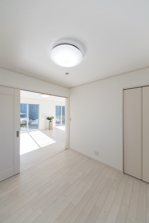 1階洋室/扉を開けると、ひとつなぎになってリビングに開放感をプラスしてくれます。