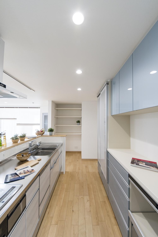 食器洗い乾燥機やカップボードを施し機能美も優れた、家族を見守りながら家事がこなせるカウンター付キッチン。