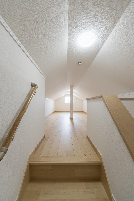 収納力のあるロフト/2階廊から階段を昇るとそこにはロフトが♪屋根裏のスペースを有効活用して、季節ものやご家族の大切な思い出が保管できます。
