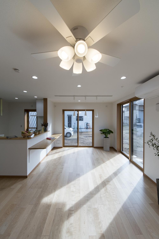 存在感のあるシーリングファンライト、おしゃれなペンダントライトの光がモダンな空間を演出。