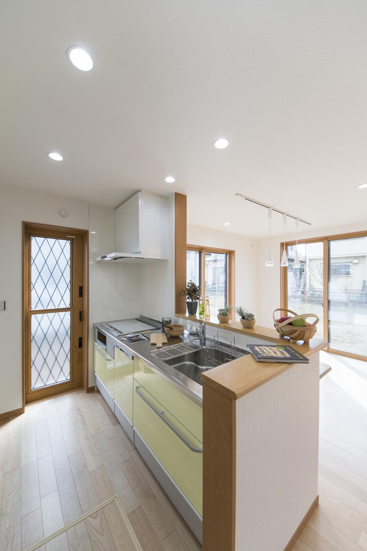パステルカラーをアクセントにした明るく爽やかな印象のキッチン。