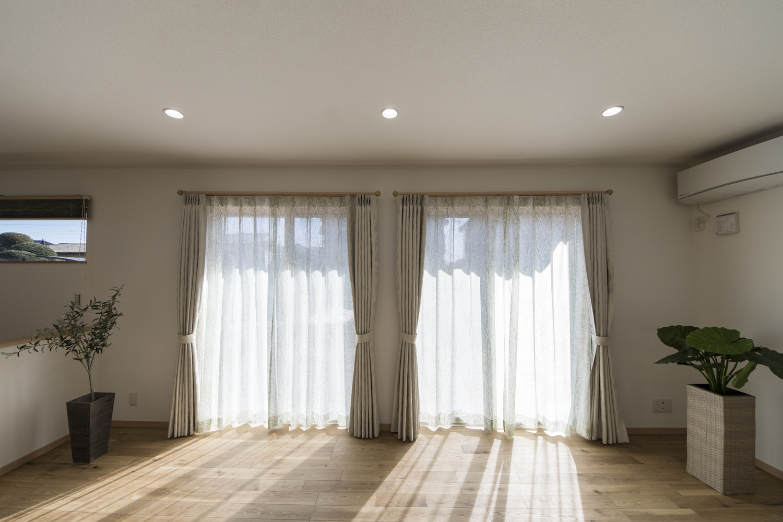 窓からの光が部屋全体を包み込む、家族が自然と集まる団らんの場。窓を開けるとウッドデッキが広がります。