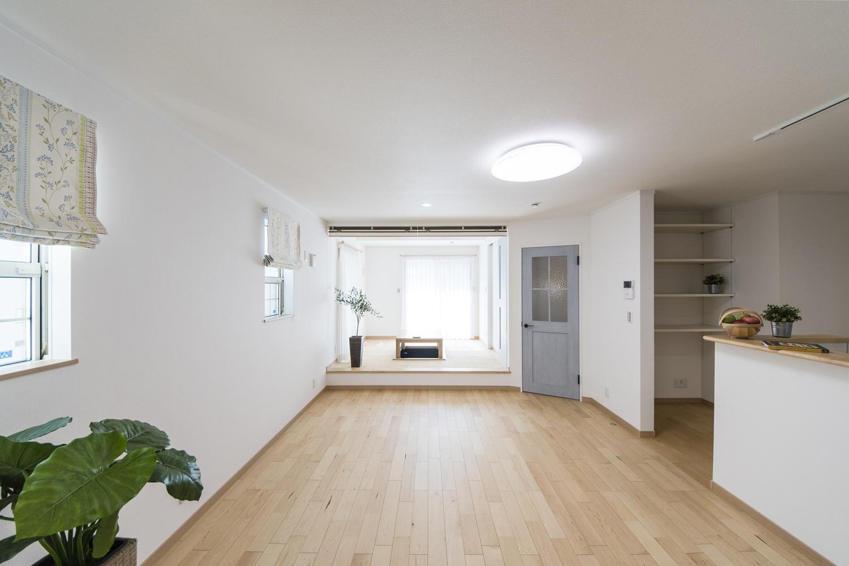 空間を彩る小上がりになった畳スペースのある和風×モダンの居心地の良いリビング。