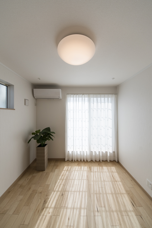 2階洋室/大きな窓から自然のやさしい光が降り注ぐ明るい室内。