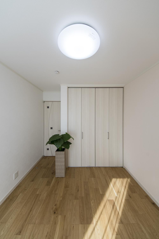 2階洋室/曲線を入れたデザインにシャープで立体感のある採光窓をバランス良く配置したドアがおしゃれです♪