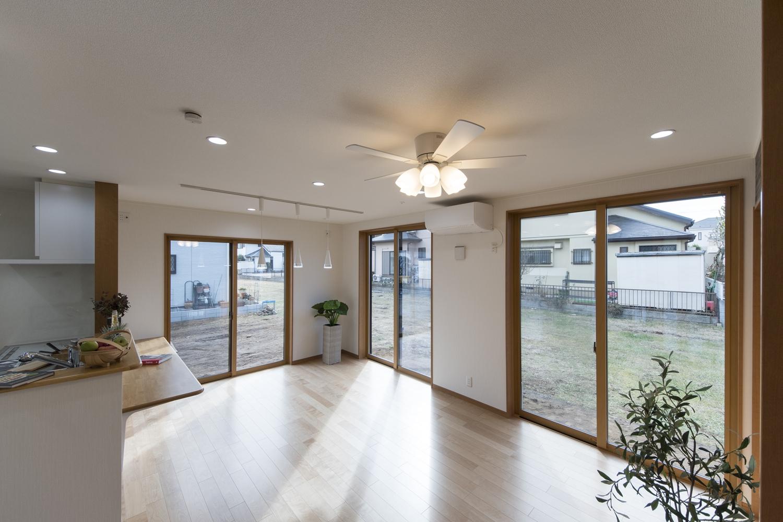 大きな窓からたっぷりの陽光がふり注ぐ明るいリビングダイニング。