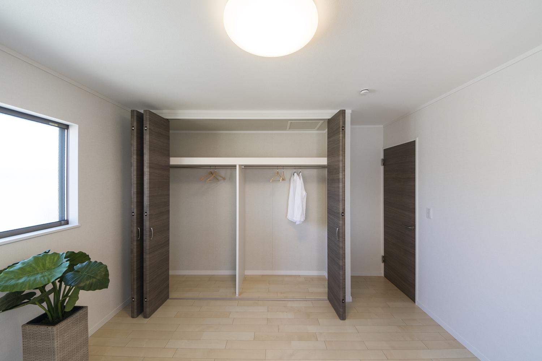 2階洋室/収納たっぷり大きなクローゼットを設えました。