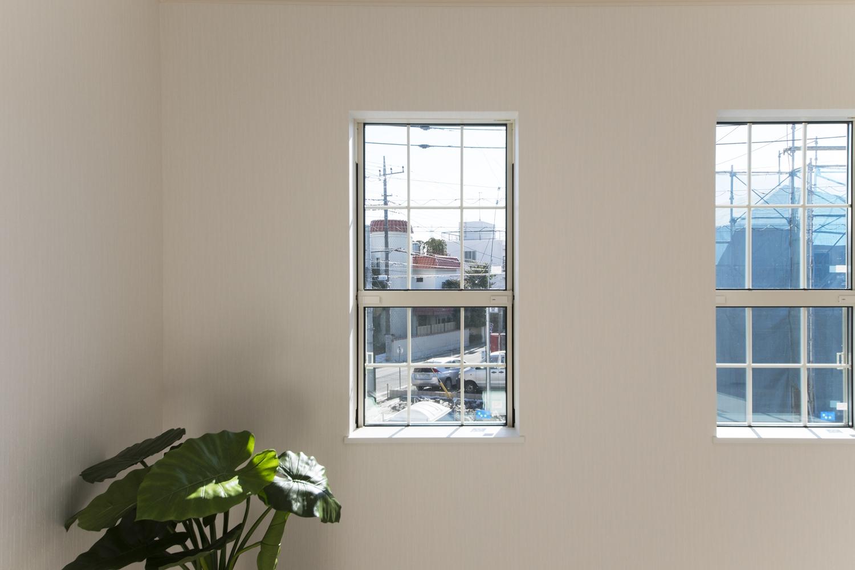 2階洋室/白い組子の入ったオシャレな上げ下げ窓を施しました。