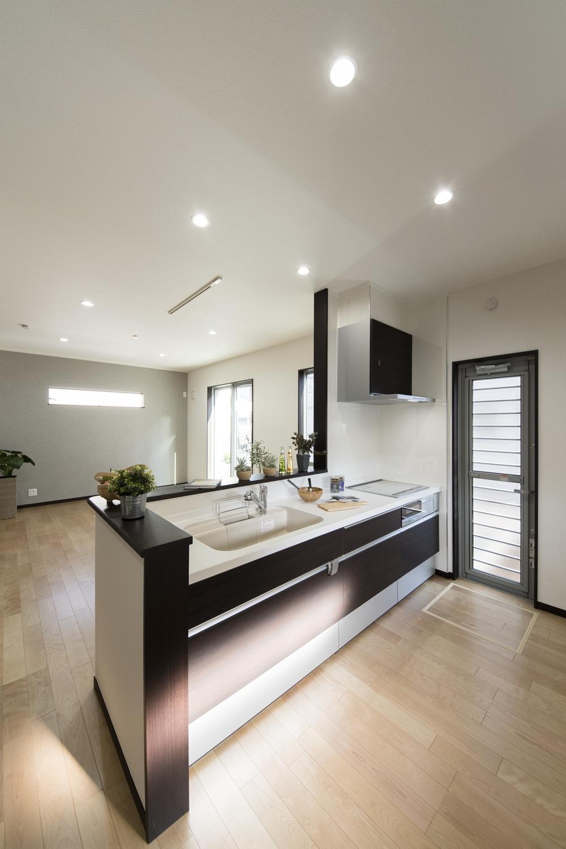 ダークブラウンのキッチン扉は、マットな質感&上品な木目デザインです。