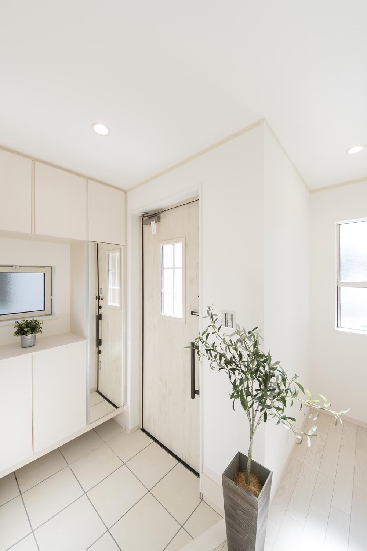 白を基調とした明るい玄関。自然光がたっぷりと差し込み、気持ち良くお客様をお迎えできます。