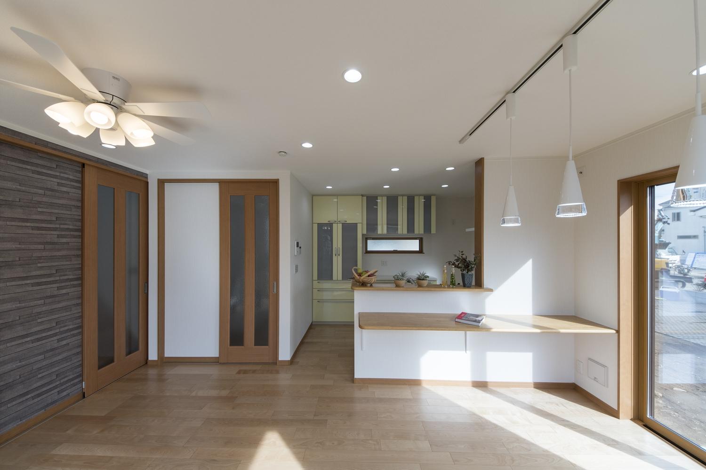 各居室の収納に加え、リビングにも家族が共有で使えるファミリークローゼットや、リビングイン階段を取り入れた家族思いの間取りです。