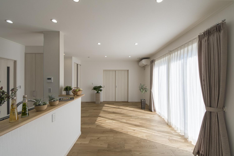 ネット・ゼロ・エネルギー・ハウス(ZEH)/住まいの断熱性・省エネ性能を上げ、太陽光発電等で年間の一次消費エネルギー量(空調・給湯・照明・換気)の収支を+-「0」にする住宅です。