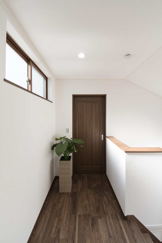 高い位置に窓を設置して、プライバシーを確保しつつ、通風も採光も良い2階ホール。