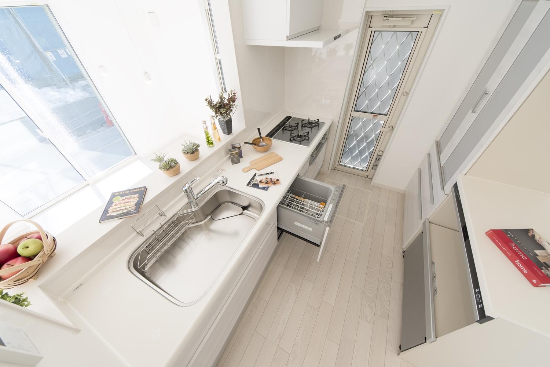 白で統一した清潔感のあるキッチン。食器洗い乾燥機やカップボードを施し、機能美も充実させました。