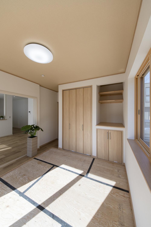 陽光が部屋全体を包み込む家族憩いの場所。
