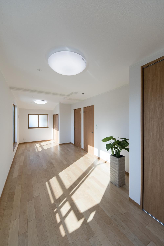 2階洋室/お子様の成長に合わせて、将来2部屋に出来る2ドア1ルームの間取り。