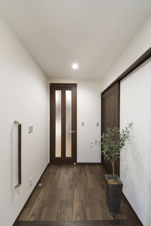 広々とした玄関ホール。玄関の昇り降りをやさしくサポートする手摺を設置しました。