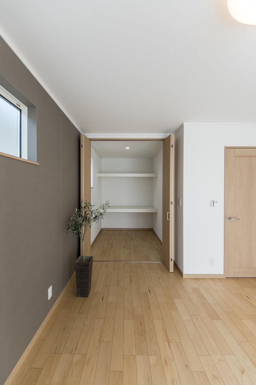 2階洋室/室内に納戸や書斎としても利用できる2.5帖の便利なスペースを設けました。