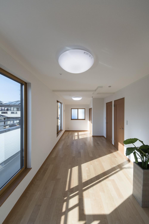 2階洋室/大きな窓から自然のやさしい光が降り注ぎます。