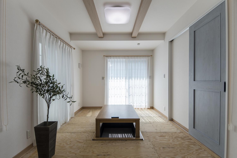 小上がりになった畳スペース(写真は畳設置前)/堀り炬燵を取入れた快適&寛ぎの空間。