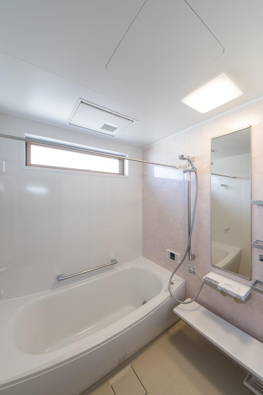 2階バスルーム/大理石の石壁をモチーフにした、上品なピンクのアクセントパネルが優雅な空間を演出。