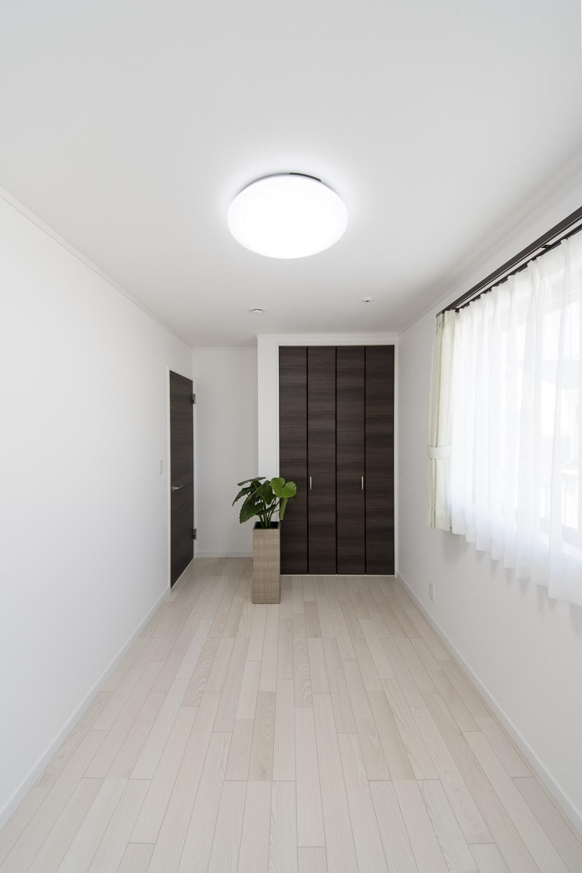 2階洋室/白い空間に、ダークブラウンの建具をアクセントにした清涼感のあるお部屋。