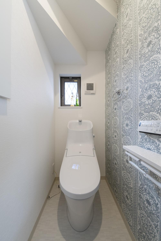 1階トイレ/カジュアルな花柄のクロスをアクセントにした、スタイリッシュでおしゃれな空間に仕上がりました。