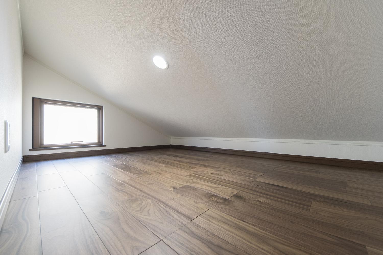 2階 屋根裏収納/3帖のスペースで、季節ものやご家族の大切な思い出が保管できます。通風・換気も窓があるので安心です。