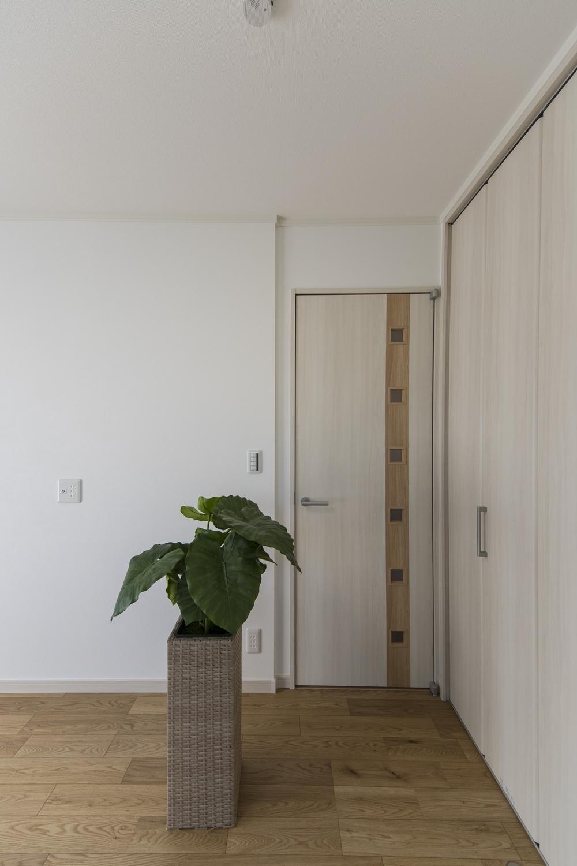 2階洋室/表情豊かな2つの色を組合せ、シャープで立体感のある採光窓をバランス良く配置したドアがおしゃれです♪
