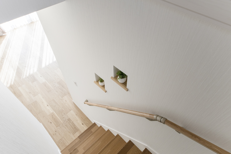 玄関の昇り降りをやさしくサポートする手摺、小物などをおしゃれに飾るキューブ型のニッチを施しました。