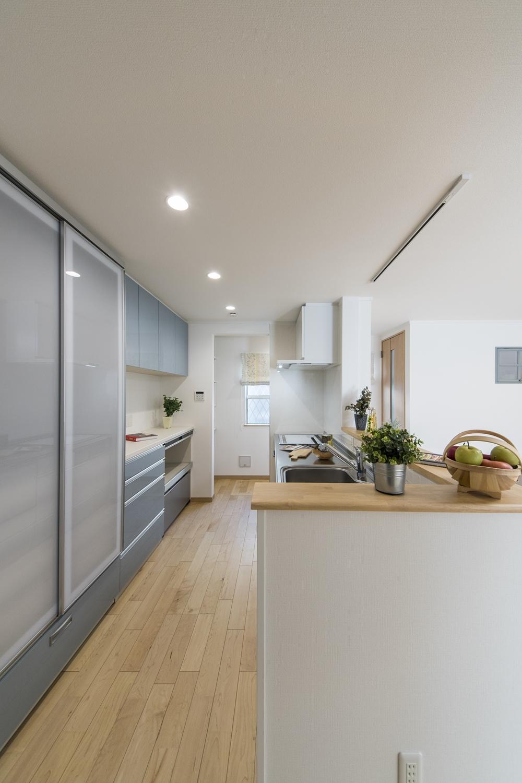 キッチンの奥にパントリーを設えました。パントリーは通り抜け可能で、キッチンをぐるっと一周できるので行き止まりが無くて便利♪