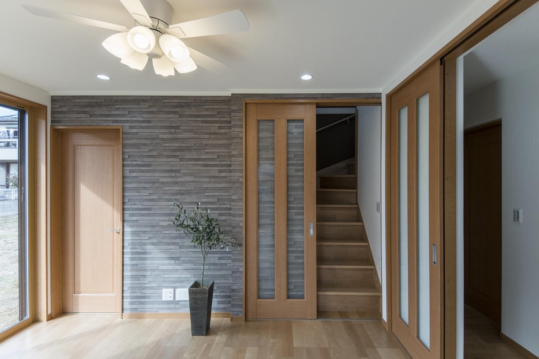 本物と見間違えるようなレンガ調の壁紙をリビングのにアクセントに使い、モダンな空間に仕上がりました。リビングイン階段を取り入れて「おはよう」「おかえり」と、家族の自然な会話を生み出します。