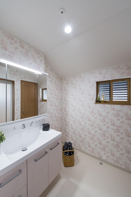 2階サニタリールーム/窓に、通気性・採光性を確保しながら、しっかりと目隠しできるルーバーを設置しました。