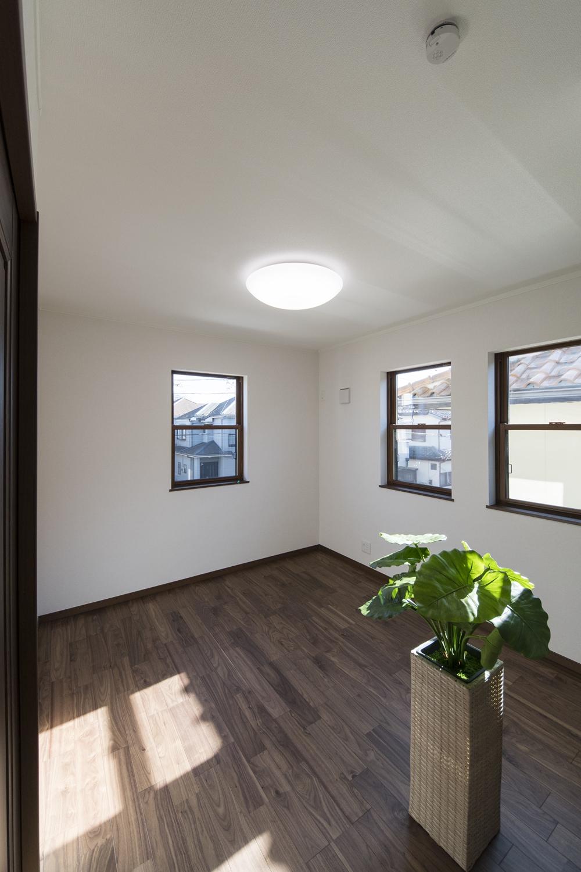 2F洋室/黒褐色の深みある色調ブラックウォルナットのフローリングが、品のよい落ち着いた空間を演出します。