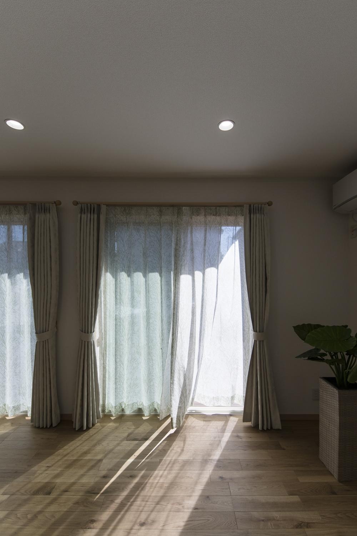 大きな窓が、やさしい光とさわやかな風を室内へと誘います。