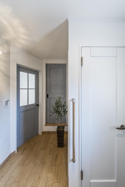 ゆとりのある玄関ホール。木の温もり感じる暖かみのある空間です。