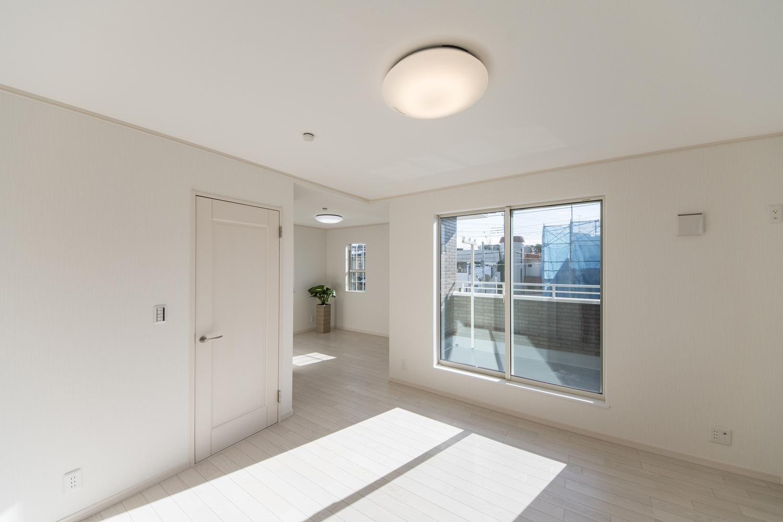 2階洋室/大きな窓から朝日が差し込み、目覚めもスッキリな光溢れる空間を演出します。