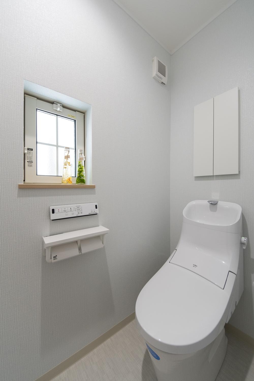 可愛らしい格子入り窓からの光が明るさをプラスする1階トイレ。
