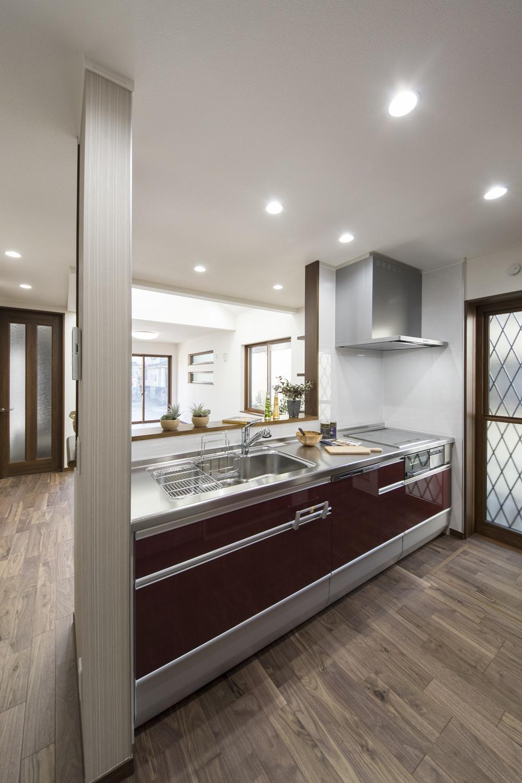 ワインレッドのキッチンの扉。上質で高級感のある印象になりました。