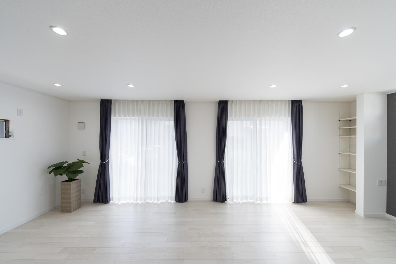 大きな窓から自然のやさしい光が降り注ぐ、明るく開放的なリビングダイニング。