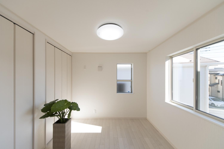 2階洋室/美しく繊細な木目、アッシュホワイトのフローリングが、窓から差し込む光を反射し、空間を優しく包み込みます。