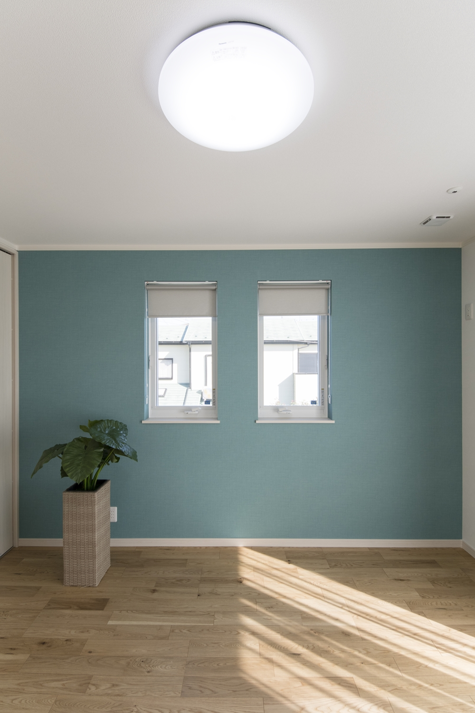 2階洋室/爽やかなブルーグリーンの壁紙をアクセントにした、そよ風を感じる爽やかな空間。