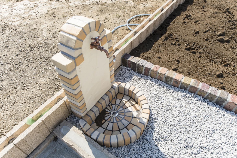 あたたかなレンガの表情を持った立水栓が、ガーデンに美しく溶け込みます。
