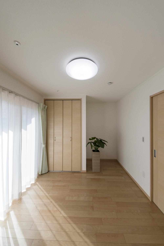 1階洋室/大きな窓から自然のやさしい光が降り注ぎます。